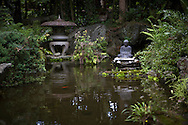 En staty f&ouml;rest&auml;llande Buddha vid en damm. Tempel nummer 1, Ryōzen-ji (霊山寺)<br />