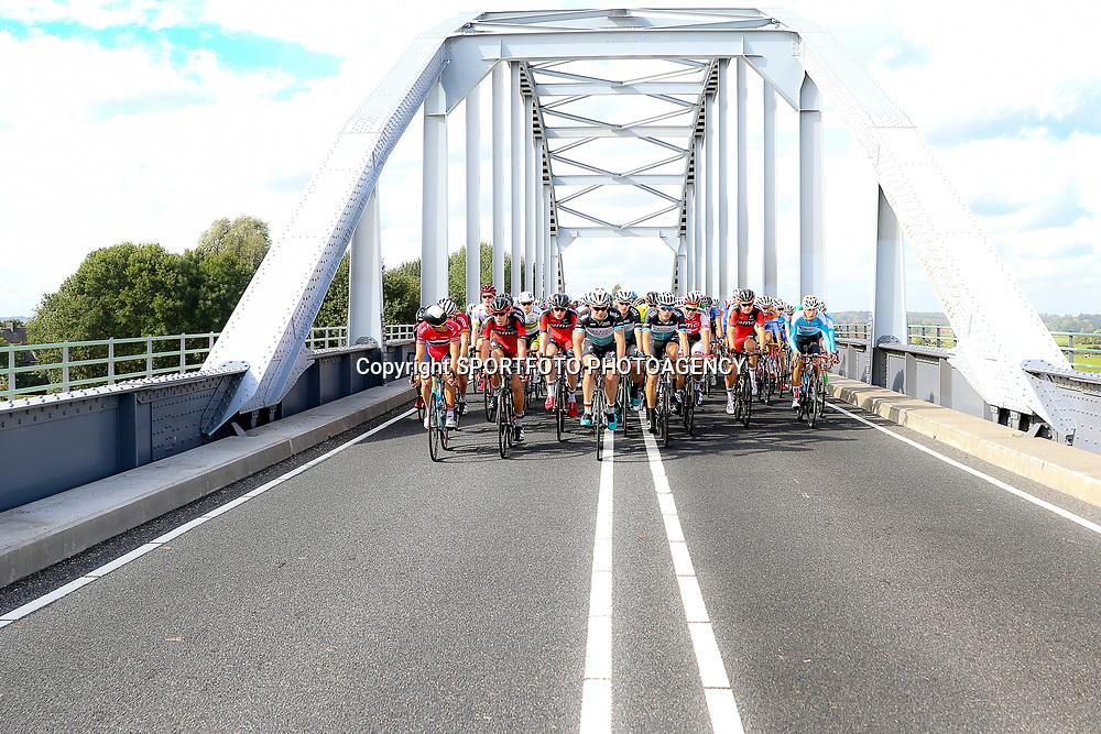 30-09-2016: Wielrennen: Olympia Tour: Zutphen  <br />ZUTPHEN (NED) wielrennen  <br />Impressie passage Ijsselbrug Doesburg