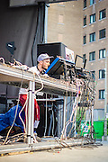 EXPÉRIENCE 2 :: GLITTERING NEU-STALGIA <br /> Parterre du Quartier des spectacles<br /> vendredi 29 mai<br /> Tout ce qui est vieux redevient neuf avec des artistes qui bouleversent les traditions analogiques et la haute technologie numérique en intégrant les dégradations lo-fi de cassettes et de vinyles dans leur univers de compositions déjantées. Downtempo ambient ou house radiante, chaque son a été poli pour un éclat maximal.