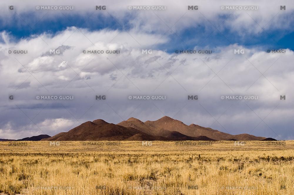 SIERRAS EN LA PUNA ENTRE CASABINDO Y ABRA PAMPA, PROV. DE JUJUY, ARGENTINA