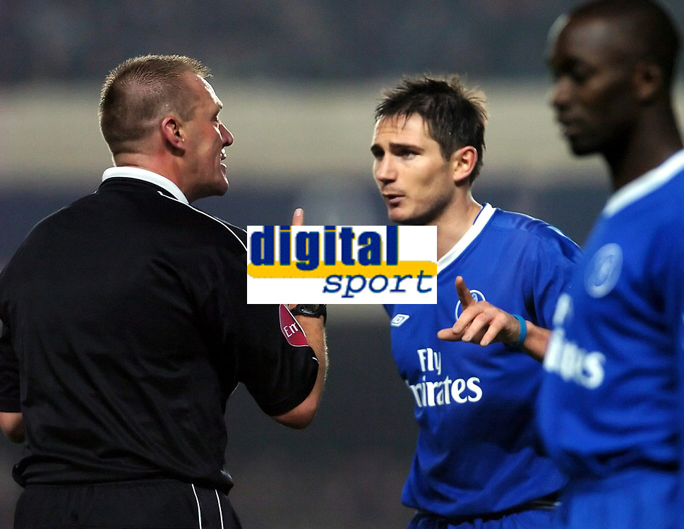Fotball<br /> Premier League 2004/05<br /> Arsenal v Chelsea<br /> 12. desember 2004<br /> Foto: Digitalsport<br /> NORWAY ONLY<br /> Frank Lampard, Chelsea, diskuterer med dommer Graham Poll