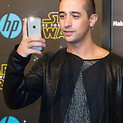 NLD/Amsterdam/20151215 - première van STAR WARS: The Force Awakens!, Yes-R maakt foto met Iphone