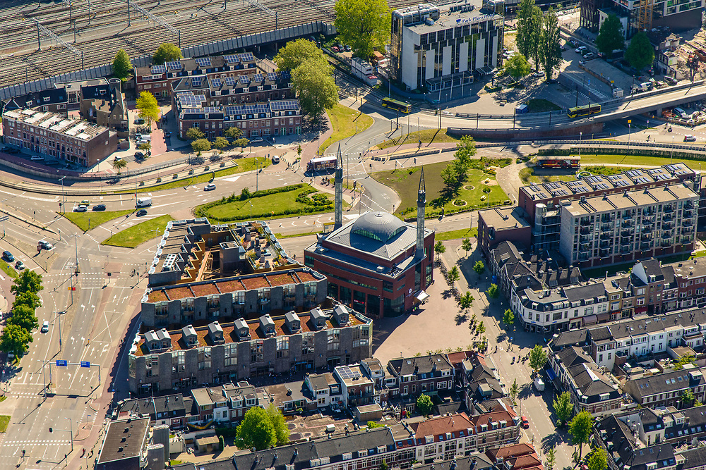 Nederland, Utrecht, Utrecht, 13-05-2019; Lombok met Laan het Moskeeplein Ulu Moskee (Grote moskee). Gebouwd als arbeiderswijk, nu  multiculturele wijk.<br /> Multicultural neighborhood, near Utrecht Central Station.<br /> <br /> luchtfoto (toeslag op standard tarieven);<br /> aerial photo (additional fee required);<br /> copyright foto/photo Siebe Swart