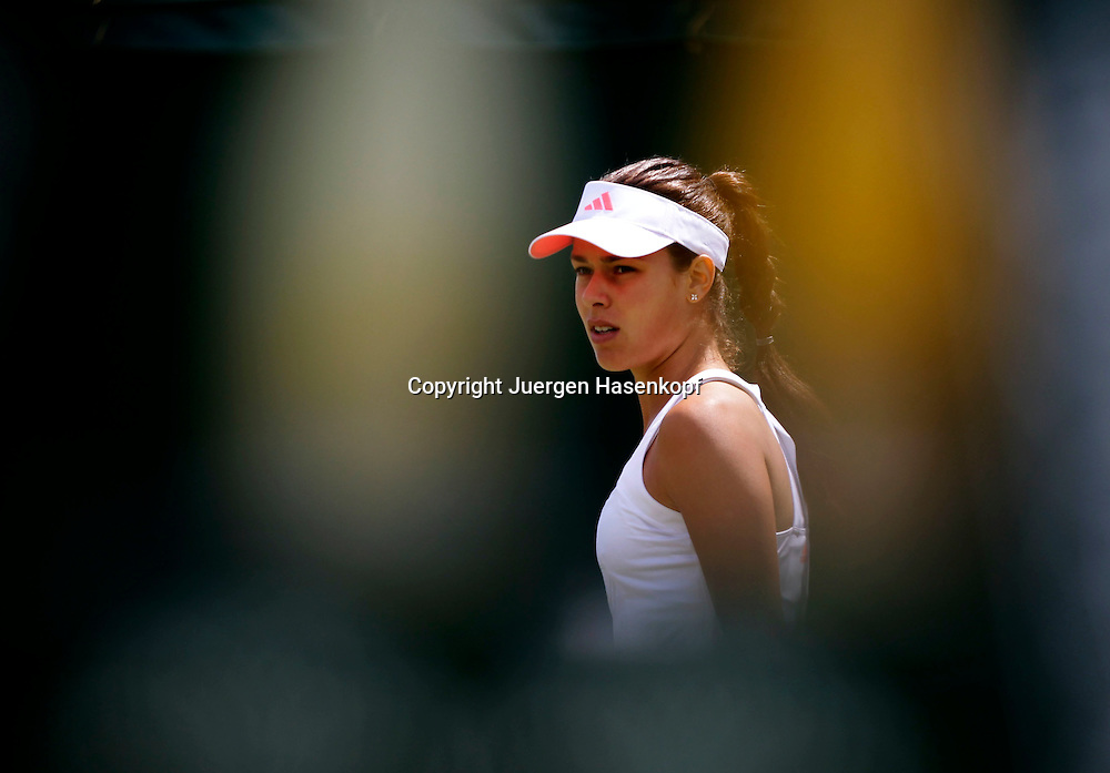 Wimbledon Championships 2011, AELTC,London,.ITF Grand Slam Tennis Tournament . Ana Ivanovic (SRB) gesehen durch die Beine vom Schiedsrichterstuhl,Einzelbild,Halbkoerper,Querformat