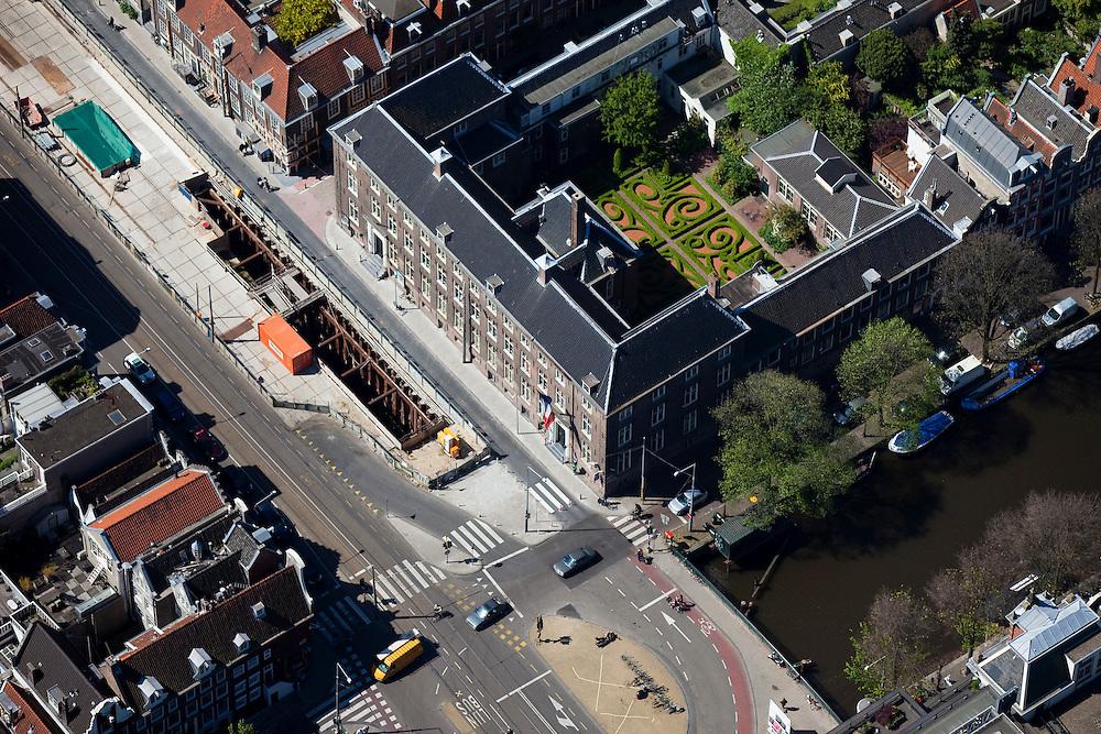 Nederland, Amsterdam, Vijzelgracht, 12-05-2009; Maison Descartes, met Franse formele tuin en bouwput van het staion van de Noord/Zuidlijn. Het 17e eeuwse Walenweeshuis (Waals weeshuis) huisvest het Institut Français des Pays-Bas, ).de culturele afdeling van de Franse Ambassade en het Consulaat van Frankrijk. Air view  on the French cultural Institute with its formal French garden on the Vijzelgracht (m) next to it the small weavers houses (top left), about to subside, because of the digging activities, which have been stopped now..Swart collectie, luchtfoto (toeslag); Swart Collection, aerial photo (additional fee required).foto Siebe Swart / photo Siebe Swart