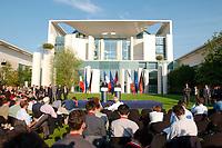 18 SEP 2003, BERLIN/GERMANY:<br /> Jacques Chirac, Praesident Frankreich, und Gerhard Schroeder, SPD, Bundeskanzler Deutschland, Pressekonferenz zu den Ergebnissen der deutsch-franzoesischen Konsultationen, Garten, Bundeskanzleramt <br /> IMAGE: 20030918-02-026<br /> KEYWORDS: Gerhard Schröder, deutsch-französische<br /> Regierungskonsultationen