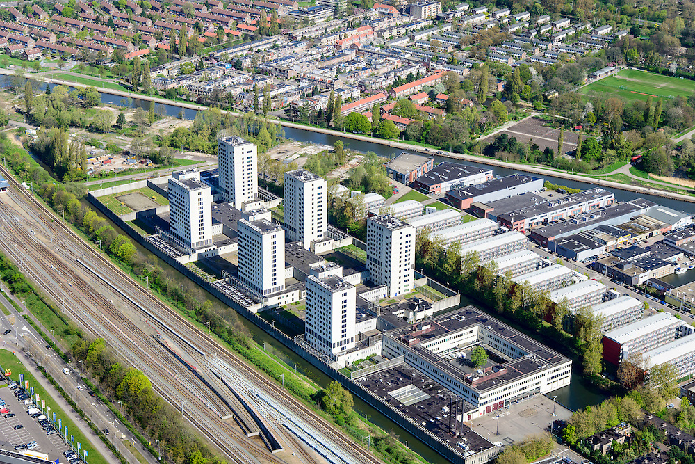 Nederland, Noord-Holland, Amsterdam, 09-04-2014; Omval, Spaklerweg met rechts Bijlmerbajes. Penitentiaire Inrichting (PI) Amsterdam Over-Amstel met Huis van Bewaring (HvB) en  Penitentiair Psychiatrisch Centrum (PPC). In de achtergrond de Duivendrechtsekade,<br /> Six towers of Amsterdam prison.<br /> luchtfoto (toeslag op standard tarieven);<br /> aerial photo (additional fee required);<br /> copyright foto/photo Siebe Swart