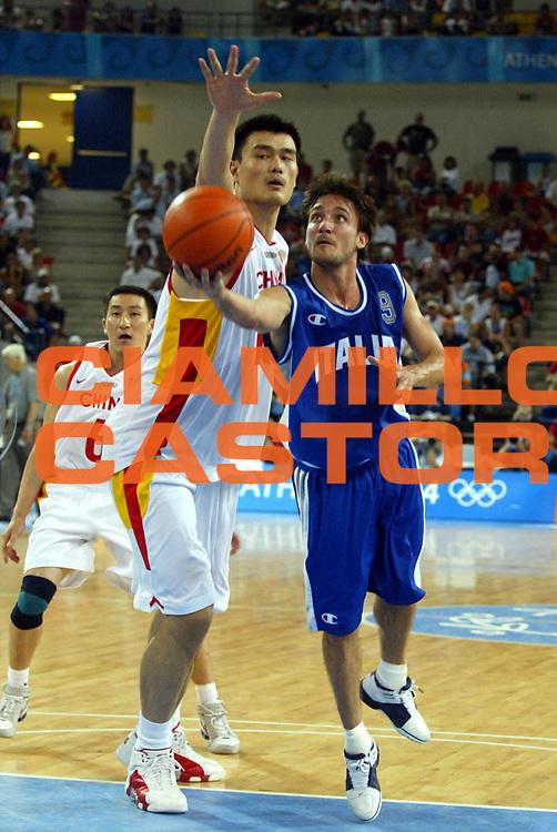 DESCRIZIONE : ATHENS ATENE OLYMPIC GAMES OLIMPIADI 2004 GIOCATORE : POZZECCO - YAO MING SQUADRA : ITALIA - CHINA DATA : 2010-01-06CATEGORIA : SPORT :  AUTORE : AGENZIA CIAMILLO & CASTORIA/G.Ciamillo