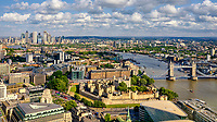 Skyline Blick über die Themse mit Tower of London, Tower Bridge, die Docklands, Canary Wharf und Greenwich.