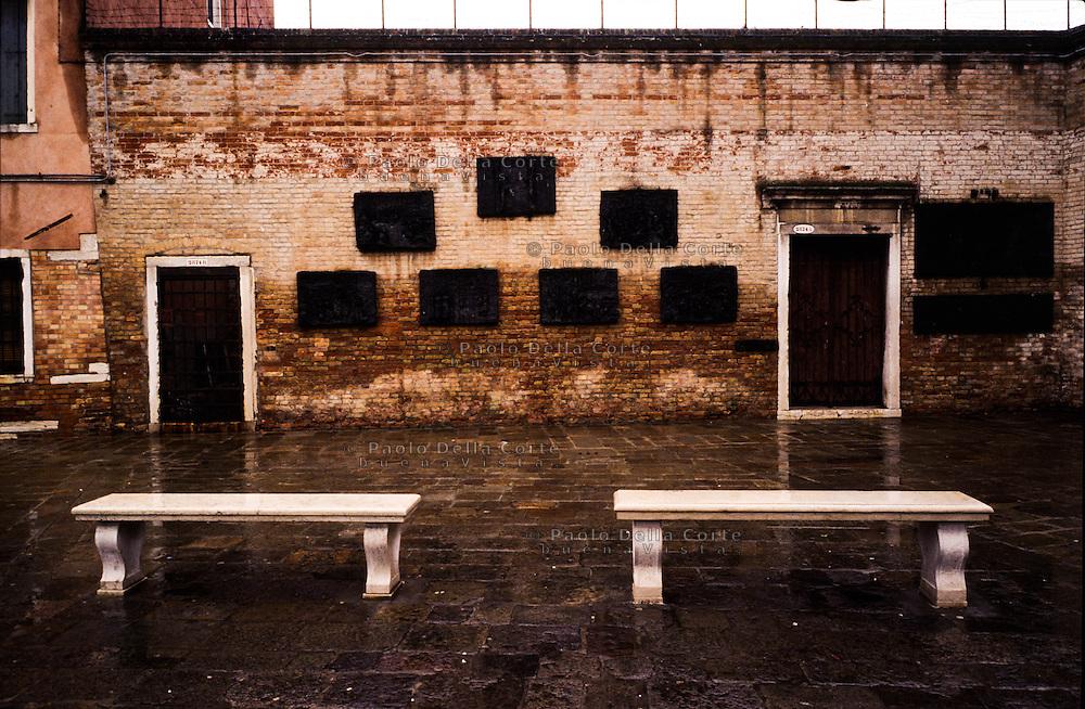 Venezia Campo del Ghetto Novo. Il monumento costituito da sette formelle in bronzo, opera dell'artista lituano Arbit Blatas (1908- 1999), che ricorda le vittime della deportazione nazista , creato nel 1980.