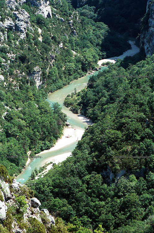 Tief hat sich der Fluss Verdon in der französischen Provence in die Felsen gefressen und so den Canyon du Verdon geschaffen, der sich zu einem Touristenmagneten entwickelt hat. The river Verdon meanders the south france Canyon du verdon.