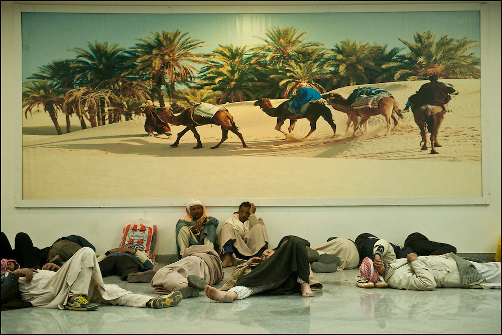 Des réfugiés Egyptiens se reposent à l'aéroport de Djerba avant l'embarquement dans l'avion qui les ramène au Caire. La France (en coopération avec l'armée Tunisienne) organise sur place un ballet aérien reliant la ville de Djerba et celle du Caire. Aéroport de Djerba le 5 mars 2011. © Benjamin Girette/IP3 press
