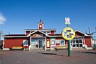 Den falur&ouml;da Ishikari Futomi Station, <br /> N&auml;rmaste t&aring;gstation fr&aring;n svenskbyn Sweden Hills &auml;r Ishikari-Futomi som h&ouml;r till staden Tobetsu. Redan d&auml;r m&auml;rks de skandinaviska influenserna av. P&aring; stationskaf&eacute;et Fika s&auml;ljs det f&ouml;rutom kaffe och kakor, lingonsylt och tebrickor med &auml;lgar p&aring;. En av v&auml;ggarna pryds av en stor affisch som lockar med &aring;rets midsommarfest i Sweden Hills.