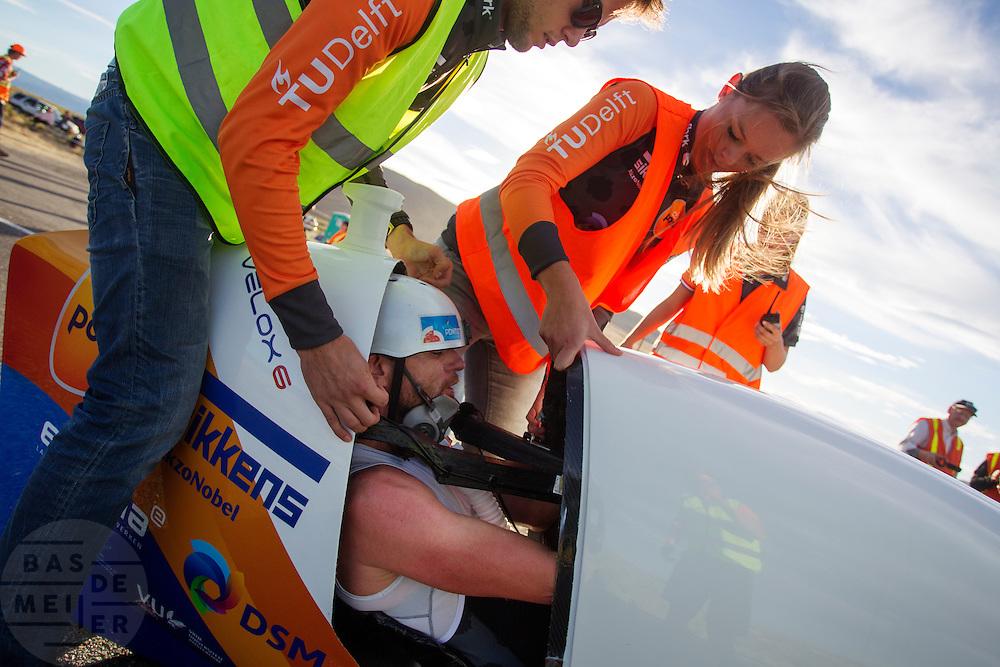 Het lukt Jan Bos niet om op de laatste racedag zijn eigen persoonlijk record te verbeteren. Het Human Power Team Delft en Amsterdam (HPT), dat bestaat uit studenten van de TU Delft en de VU Amsterdam, is in Amerika om te proberen het record snelfietsen te verbreken. In Battle Mountain (Nevada) wordt ieder jaar de World Human Powered Speed Challenge gehouden. Tijdens deze wedstrijd wordt geprobeerd zo hard mogelijk te fietsen op pure menskracht. Het huidige record staat sinds 2015 op naam van de Canadees Todd Reichert die 139,45 km/h reed. De deelnemers bestaan zowel uit teams van universiteiten als uit hobbyisten. Met de gestroomlijnde fietsen willen ze laten zien wat mogelijk is met menskracht. De speciale ligfietsen kunnen gezien worden als de Formule 1 van het fietsen. De kennis die wordt opgedaan wordt ook gebruikt om duurzaam vervoer verder te ontwikkelen.<br /> <br /> The Human Power Team Delft and Amsterdam, a team by students of the TU Delft and the VU Amsterdam, is in America to set a new world record speed cycling.In Battle Mountain (Nevada) each year the World Human Powered Speed Challenge is held. During this race they try to ride on pure manpower as hard as possible. Since 2015 the Canadian Todd Reichert is record holder with a speed of 136,45 km/h. The participants consist of both teams from universities and from hobbyists. With the sleek bikes they want to show what is possible with human power. The special recumbent bicycles can be seen as the Formula 1 of the bicycle. The knowledge gained is also used to develop sustainable transport.