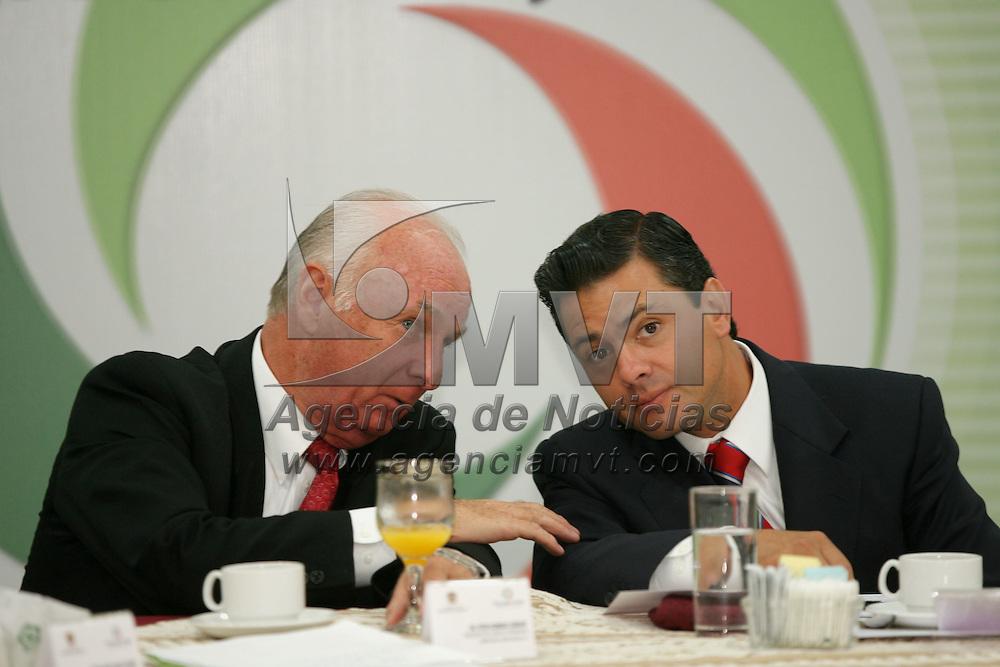 Metepec, Mex.- Peter Homberg Lehmann (izq), presidente del Consejo Coordinador Empresarial Mexiquense (CCEM), conversa con Enrique Pe&ntilde;a Nieto, gobernador del Estado de M&eacute;xico, durante la entrega del premio Estatal a la Excelencia Empresarial Mexiquense. Agencia MVT / Mario Vazquez de la Torre. (DIGITAL)<br /> <br /> <br /> <br /> <br /> <br /> <br /> <br /> NO ARCHIVAR - NO ARCHIVE