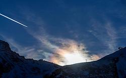 25-01-2017 AUT: BvdGF wintersportkamp dag 1, Obertauern<br /> Het 7de jaar wintersportkamp van de BvdGF is verhuisd naar Obertauern. Prachtige pistes, geweldig jeugdhotel en fantastisch weer maakt er weer een onvergetelijk kamp van / Omgeving Obertauern, vliegtuig strepen, halo