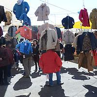 SANTA CRUZ ATIZAPAN, Mexico (Diciembre 23,2016).-  La gente acude al tianguis de los viernes de Santa Cruz Atizapan a la compra de ropa y zapatos para el regalo de navidad, y la compra de leña para guisar o prender la fogata navideña. Agencia MVT. José Hernández.