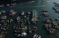 Hong Kong. the Junks (aerial view) in typhon shelter of Aberdeen         /  les jonques abri anti typhon. Aberdeen. vue aérienne  /  Les dernières heures du port d'Aberdeen  /  Les dernières jonques abri anti typhon, d' Aberdeen ancien port réduit aujourd'hui à un bras d'eau.        /  R94/52    L1077  /  R00094  /  P0001962
