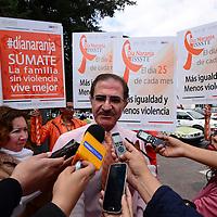 Toluca, Méx.- José Edgar Naime Libién, delegado estatal del ISSSTE, acompañado por trabajadores de esta dependencia pusieron en marcha la campaña Día Naranja, en donde se suman a la concientización para eliminar la violencia hacia las mujeres y niñas. Agencia MVT / Crisanta Espinosa