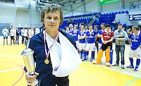 ROTTERDAM - Constantijn Jonker van Kampong met gebroken hand na  de gewonnen  finale zaalhockey om het Nederlands kampioenschap tussen de  mannen van Amsterdam en Kampong. Kampong wint met 3-2 het Kampioenschap. ANP KOEN SUYK