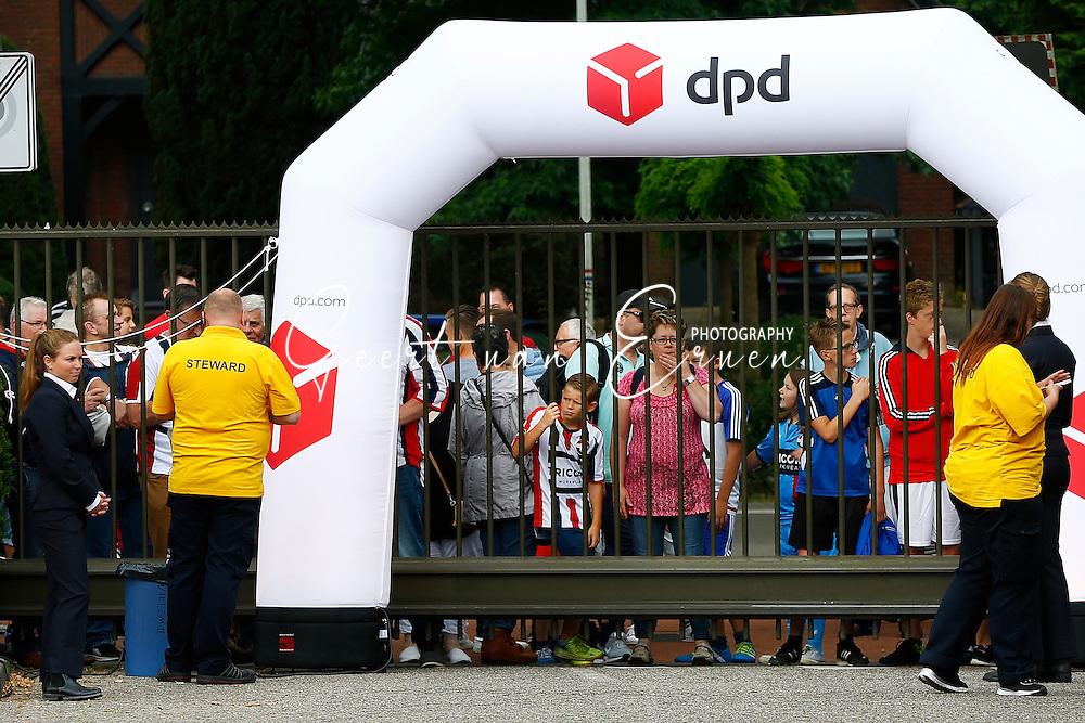 30-07-2016 VOETBAL:WILLEM II - RCD MAILLORCA:TILBURG<br /> Koningsdag Willem II wedstrijd<br /> Supporters maken samen met de spelers en technische staf er een mooi dag van met op de foto met je helden handtekeningen jagen en sfeer proeven<br /> <br /> Stewards in het geel.zwart<br /> <br /> Foto: Geert van Erven