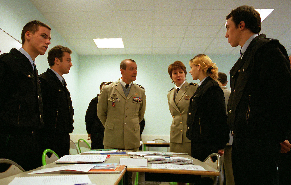 Au programme du centre d'insertion de Velet : mise &agrave; niveau en culture g&eacute;n&eacute;rale, formation professionnelle, sports collectifs... Le centre d'Insertion de Velet fonctionne comme un internat cadr&eacute; majoritairement par d'anciens militaires, avec un r&egrave;glement int&eacute;rieur strict et port de l'uniforme obligatoire. Velet, Bourgogne, novembre 2005.<br />