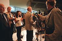 26 AUG 1999, BERLIN/GERMANY:<br /> Peter Struck, SPD Fraktionsvorsitzender, gibt vor Journalisten ein Statement zur 1. Fraktionssitzung nach der Sommerpause im Reichstag <br /> IMAGE: 19990826-02/03-29<br /> KEYWORDS: Journalist,