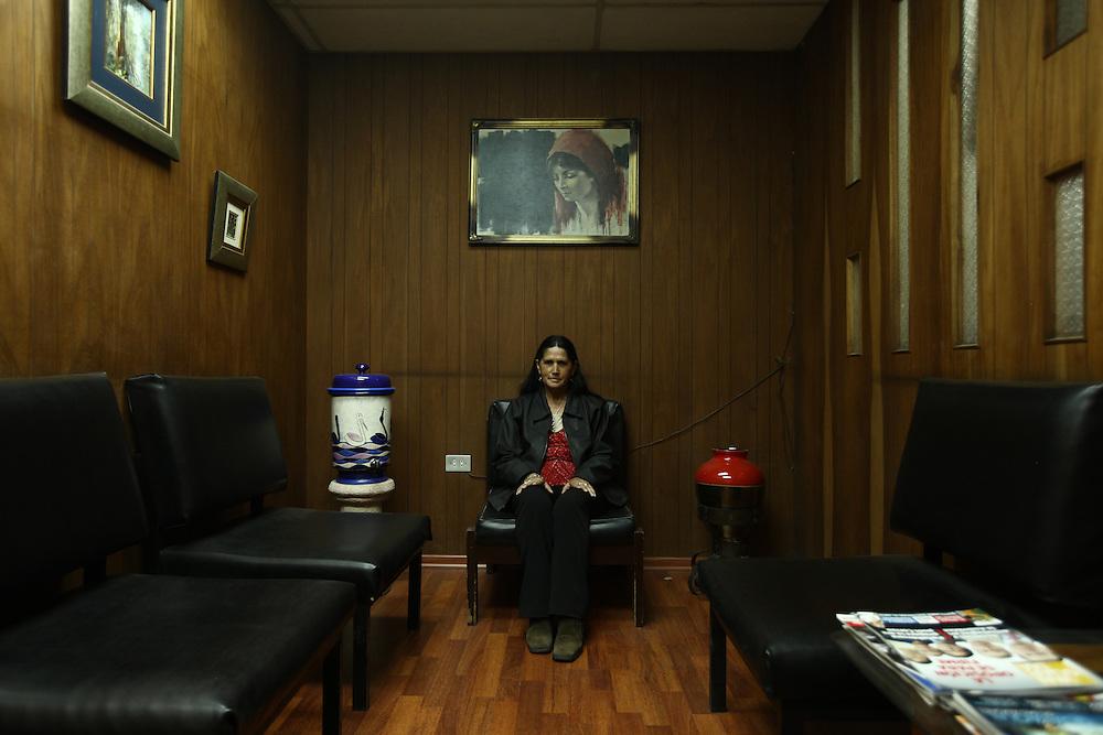 Abogados de ciudad<br /> En Quito-Ecuador los Abogados ocupan edificios construidos en los a&ntilde;os 70s, sus oficinas siguen representando esas &eacute;pocas. Los edificios Benalcazar 1000 y CCQuito son los m&aacute;s representativos. Su cercan&iacute;a a los juzgados los hizo perfectos para los Abogados que han desarrolado sus largas carreras en sus oficinas que poco han cambiado en el tiempo.<br />  <br /> En la foto Martha Ramirez, asistente en al oficina 607 del Edificio Benalcazar 1000.