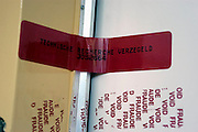 Nederland, Nijmegen, 5-8-2004De deur van een woning waar een vermoorde man is gevonden is door de technische recherche verzegeld. sporenonderzoek, misdaad, moord, politie, onderzoek, zwaar misdrijf, oplossen misdaad.Foto: Flip Franssen/Hollandse Hoogte