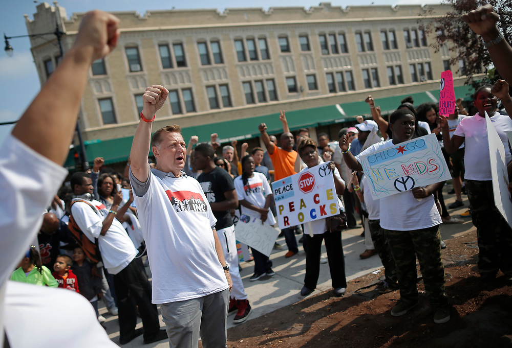 Father Michael Pfleger takes part in an anti-violence peace demonstration in a South Side neighborhood in Chicago, Illinois, September 24, 2016.  REUTERS/Jim Young