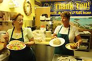 Harriette's Restaurant, Key Largo.Im Bild vlnr: Pat Baker und Christina Collins servieren das Essen, ua hausgemachte Bisquits und Muffins..Florida 2009..Foto © Stefan Falke.