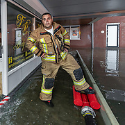 Foto: David Rozing Nederland Barendrecht 29 mei 2018 Wateroverlast door enorme hoosbuien clusterbui clusterbuien hoosbui. Brandweer pompt water uit ondergelopen winkelpand winkel weg.Wegvegen van water uit de winkel. Code Oranje