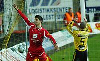 Paul Scharner, Brann, jubler for sin scoring. <br /> <br /> Fotball. Tippeligaen 2004. Lillestrøm - Brann 2-2. 30. oktober 2004. (Foto: Peter Tubaas/Digitalsport).
