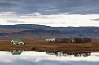 Sveitabýli við Hæðargarðsvatn, sunnan við Kirkjubæjarklaustur. A farm by Lake Haedargardsvatn, south of Kirkjubaejarklaustur, Iceland.
