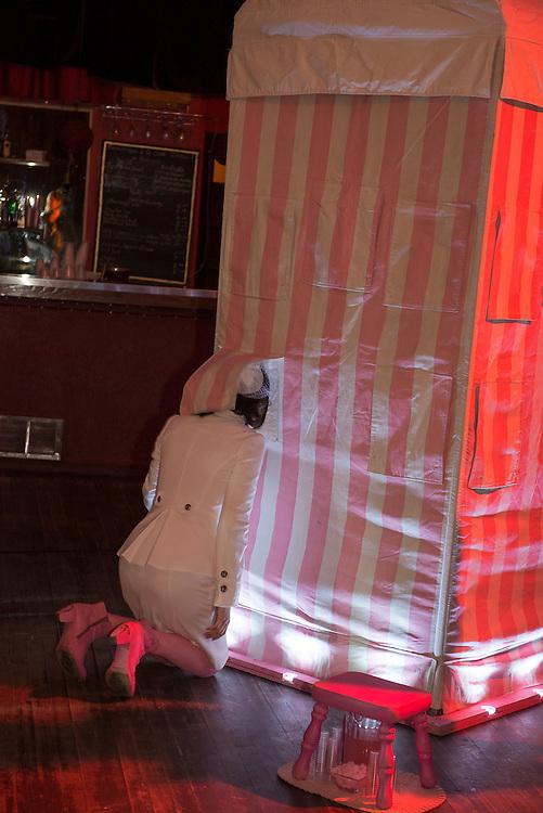 LES CHAMPS MAGNÉTIQUES : ZAL_KABIIN à La Sala Rossa le Samedi 20 octobre 2012 avec Mélanie Charest, direction artistique et mise en scène. Avec: Mélanie Charest, Julie Desrosiers, Mathieu Riel, Jez.