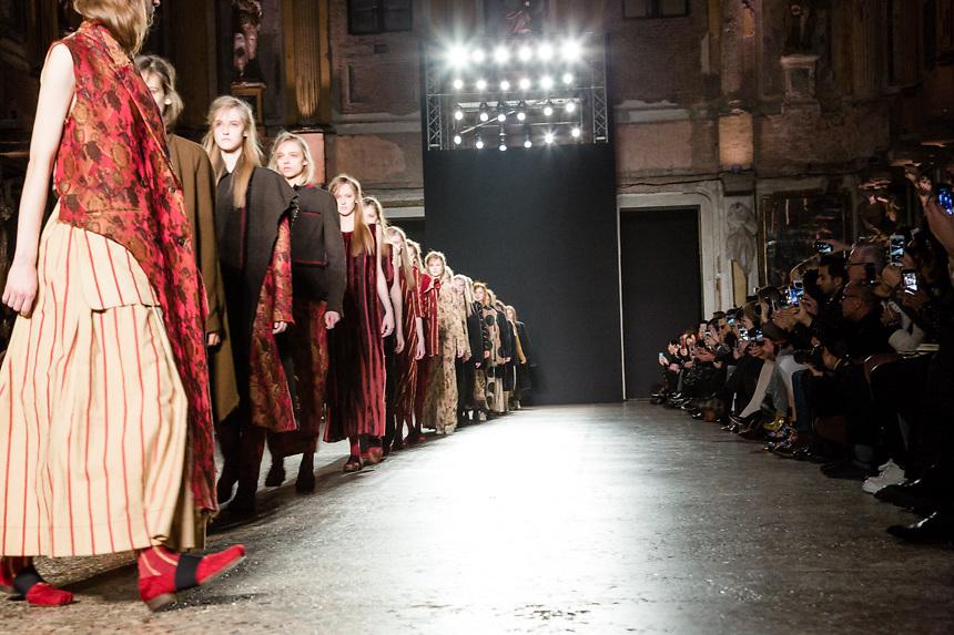 Defile de Uma Wang dans la Sala delle Cariatidi de Palace Real a Milan, pendant la semaine de la mode