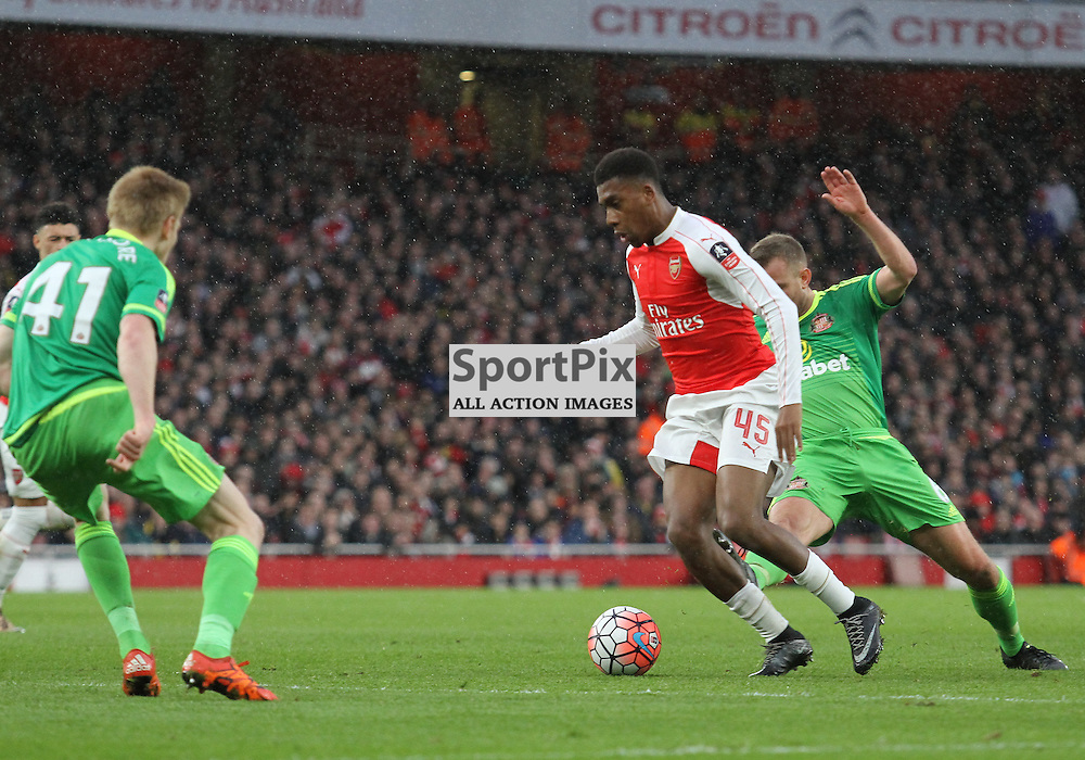 Arsenals Iwobi takes on Sunderlands Watmore