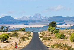 A road at Samburu District. Mt Kenya in the distance in the highlands.  / Estrada em Samburu, com o Monte Quenia ao fundo