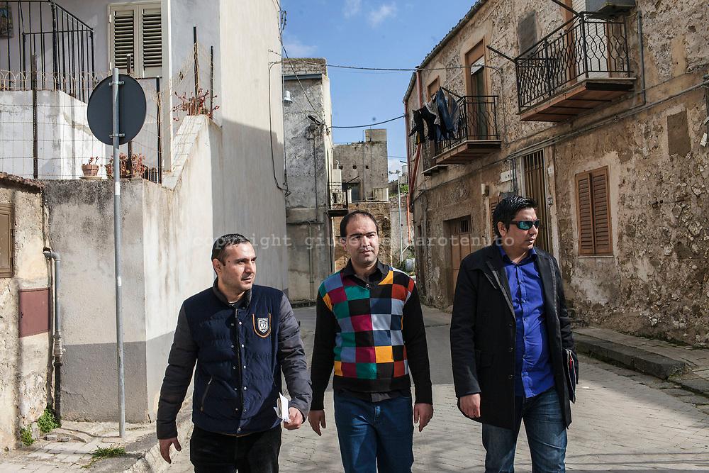 3 Febbraio 2016, Milena, Sicilia, Italia - Hamid Hasas, 38 anni, Mir Aminullah Hashimi, 29 anni, Abdullah Yaqubi, 31 a piedi nelle strade di Milena un piccolo comune dell'entroterra siciliano della provincia di Caltanissetta.