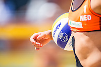 ROTTERDAM - Knock-out fase beste 32 ploegen Van der Vlist / Van Gestel (NED) tegen Semmler / Holtwick (Duitsland) , Beachvolleybal , WK Beach Volleybal 2015 , Stadion bij de SS Rotterdam , 01-07-2015 , Nederland speelster met bal onder haar arm