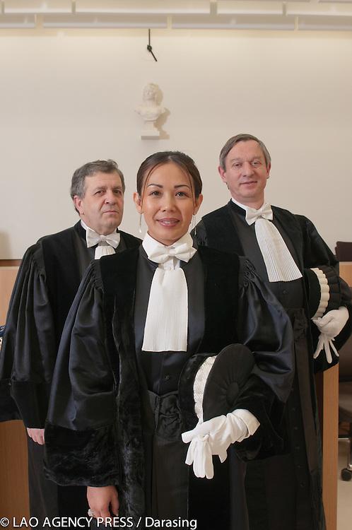 La nouvelle juge consulaire Veatsouvanth Phissamay fait son entr&eacute;e au tribunal de commerce de Bobigny. Son domaine de juridiction concerne la r&eacute;gion de Seine-Saint Denis. Elue pour un premier mandat de deux ans, puis renouvelable pour une dur&eacute;e de quatre ans.<br /> Entour&eacute; par le juge David Brizemeure (&agrave; gauche) et le juge St&eacute;phane Solotareff (&agrave; droite).
