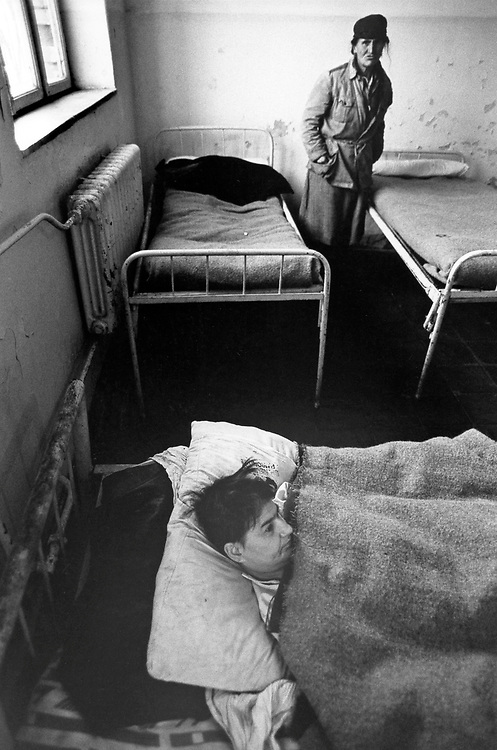 ALBANIA - Albanien - 1991 - Transition from communism to democracy; Psychatric clinic in Elbasan; men and women without health care, forgotten from society without food and medicine 10/1991; © Christian Jungeblodt