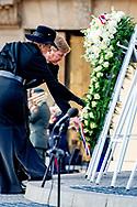 AMSTERDAM - De Dam is vanavond uitgestorven. Op het Amsterdamse plein dat op 4 mei normaal afgeladen vol staat, leggen alleen Koning Willem-Alexander en koningin Maxima, in aanwezigheid van premier Rutte, burgemeester Halsema en Nationaal Comité 4 en 5 mei-voorzitter Gerdi Verbeet, een bloemenkrans. Leeg coronacrisis coronaregels krans , leeg , zonder publiek , herdenking robin utrecht