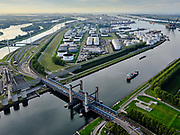 Nederland, Zuid-Holland, Rotterdam, 14-09-2019; Rozenburg, Botlek ; Calandbrug, hefbrug over het Calandkanaal.  Gezien naar 7e Petroleumhaven en Europoort terminal. <br /> Rozenburg, Caland Bridge, Botlek; lift bridge over the Caland Canal.<br /> luchtfoto (toeslag op standard tarieven);<br /> aerial photo (additional fee required);<br /> copyright foto/photo Siebe Swart