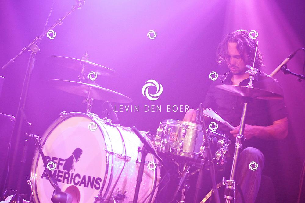 SCHIJNDEL - Tijdens paaspop speelden de Johnny Cash tribute band van Nederland genaamd Def Americans de zaal plat. Met op de foto drummer Thijs Vonk. FOTO LEVIN DEN BOER - PERSFOTO.NU