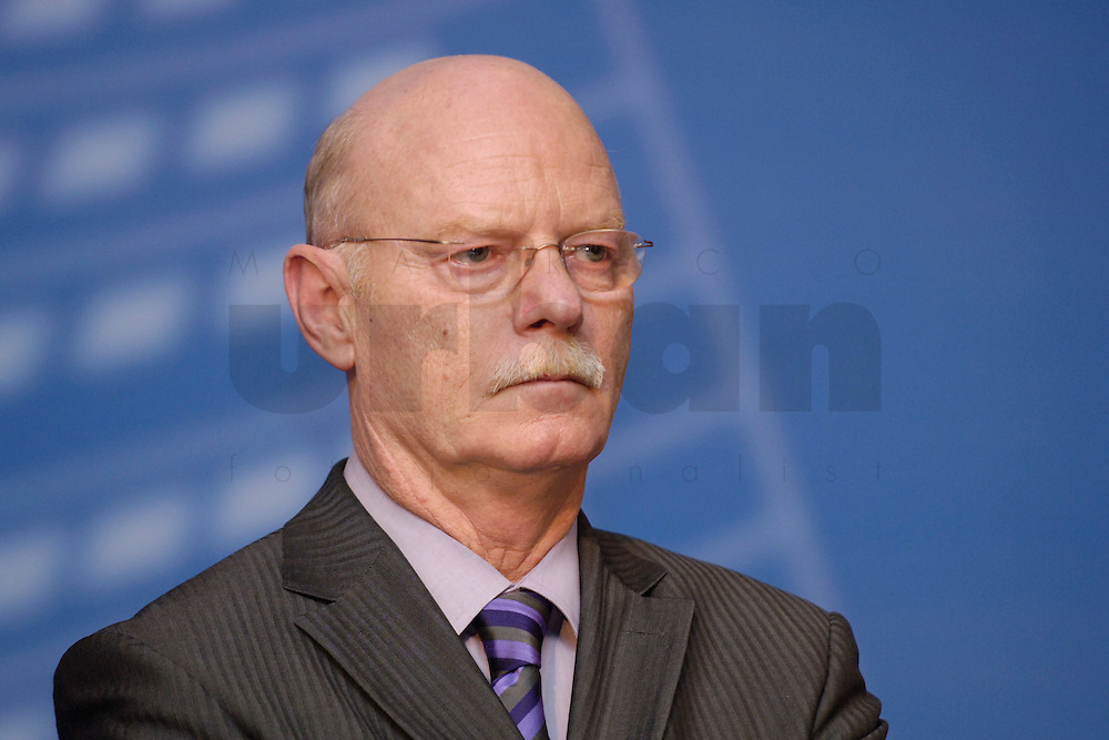 06 FEB 2006, BERLIN/GERMANY:<br /> Peter Struck, SPD, Fraktionsvorsitzender, Neujahrsempfang der SPD-Bundestagsfraktion, Fraktionsebene, Deutscher Bundestag<br /> IMAGE: 20060206-02-058