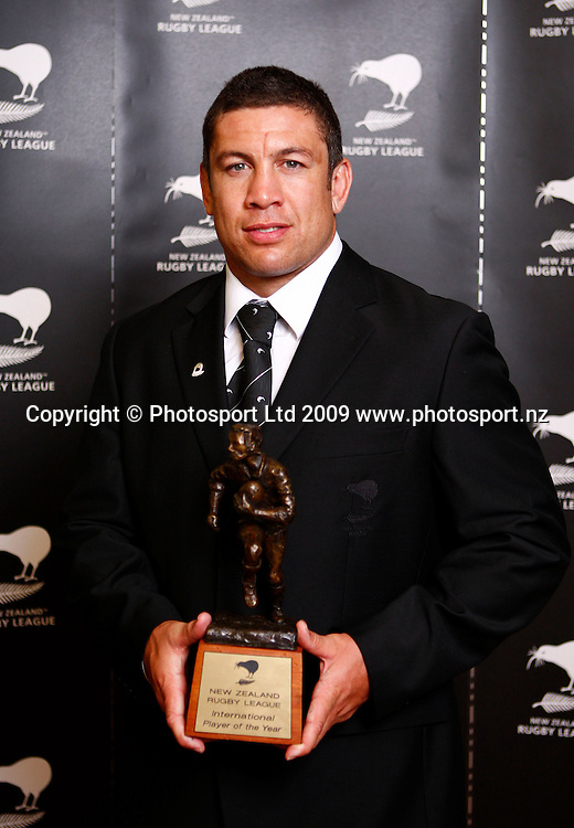 Nathan Cayless accepts International Player of the Year on behalf of Jeremy Smith. Rugby League. NZRL's Annual Awards. Otahuhu Rugby League Club, Henham Park, Auckland. Sunday 1st February 2009. Photo: Simon Watts/PHOTOSPORT