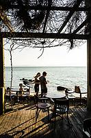 Deck do Restaurante Rosso Restro, na Praia de Santo Antonio de Lisboa. Florianópolis, Santa Catarina, Brasil. / Rosso Restro Restaurant deck, at Santo Antonio de Lisboa Beach. Florianopolis, Santa Catarina, Brazil.