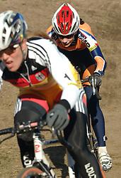 29-01-2006 WIELRENNEN: UCI CYCLO CROSS WERELD KAMPIOENSCHAPPEN: ZEDDAM <br /> Marianne Vos wordt WereldKampioen veldrijden. Hanka Kupfernagel op de voorgrond<br /> ©2006-WWW.FOTOHOOGENDOORN.NL