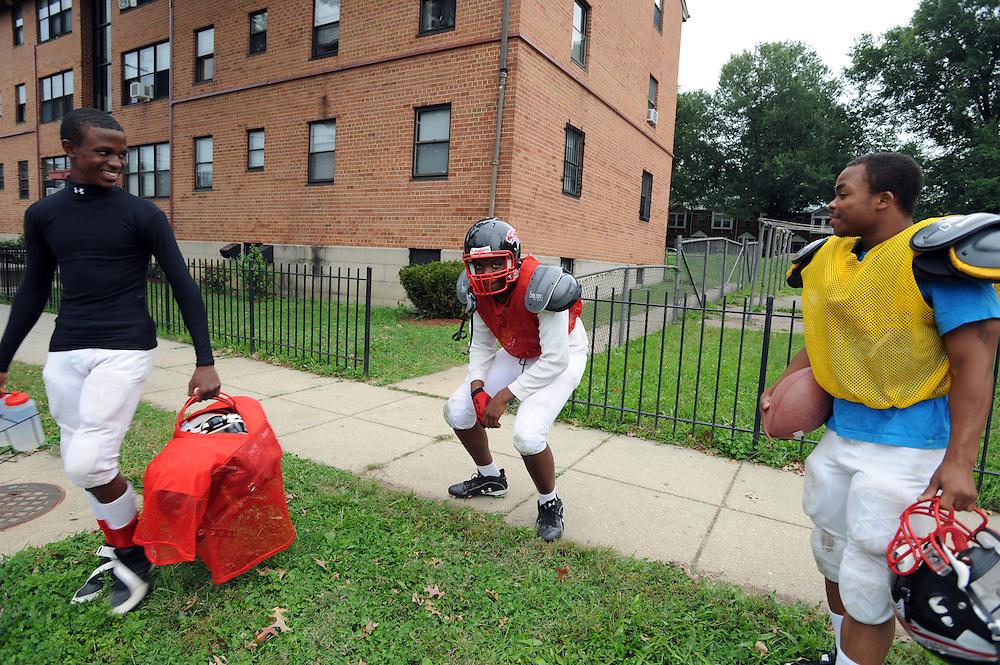 Schueler der Cesar Chaves Public Charter School auf der Anacostia Avenue. Sie trainieren Football auf einem Feld hinter der Neval H. Thomas Elementary School  im Wahlbezirk 100, Washington DC..© Stefan Falke